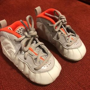 Baby boy Nike foamposities size 4c